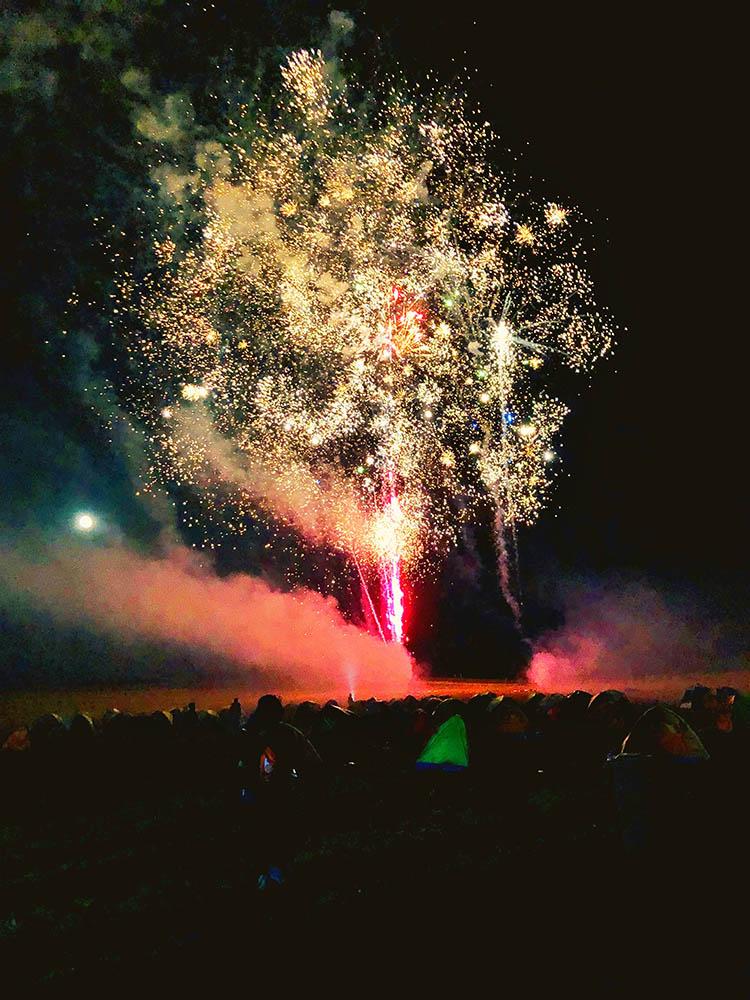 璀璨的烟花绽放在草原夜空上