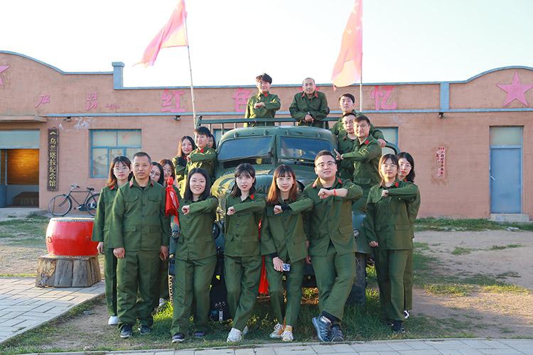党支部成员穿上军装参观乌拉塔拉红色纪念馆