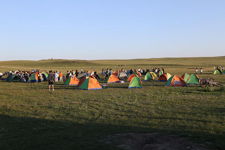 小伙伴们在互相帮助搭建帐篷